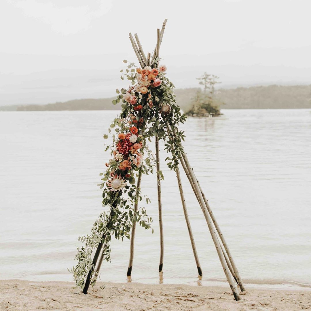 {boho•chic} photos| @kierstinjones . . #boho #bohostyle #bohochic #lakeside #winnipesaukee #ceremony #backdrop #flowers #weddingflowers #ido #romantic #rustic #love #lotusfloraldesigns #forever #prettyflowers #fallwedding #shabbychic